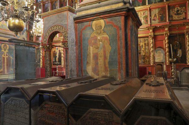 Les tombeaux des 47 tsars au rez-de-chaussée de la cathédrale de l'Archange-Saint-Michel. Ceux des impératrices sont au sous-sol.