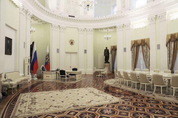 Dans ce salon, Poutine reçoit les grands de ce monde.