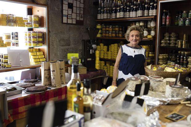 Courses gourmandes dans l'épicerie de M. Bleu, à Meymac, le 9 juillet.