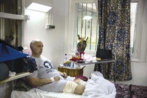 Gabriel, 61 ans, dans sa chambre d'hôpital. Il ar eçu quatre balles dans les jambes. Sa femme, Hilda, a été tuée.