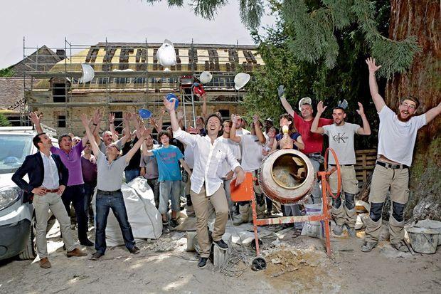 Dans la cour de l'ancien collège militaire, personne n'est au garde-à-vous. Autour de Stéphane, l'équipe d'ouvriers et d'artisans, jeudi 2 juillet.