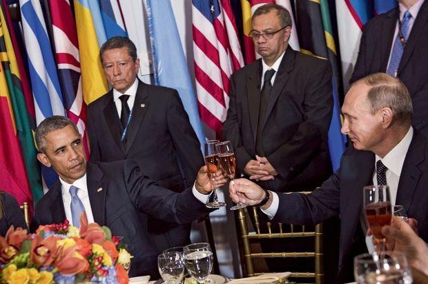 Lors du court déjeuner organisé à l'Onu, Barack Obama porte un toast à « la quête de la paix ». Les flûtes s'entrechoquent, mais les visages restent fermés.