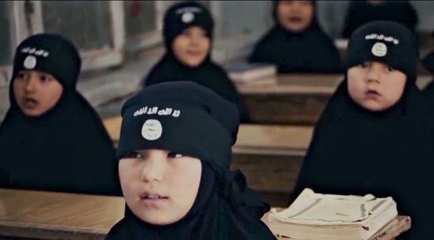 Extrait d'une vidéo de propagande du 18 novembre 2015 : récitation du Coran pour des petites filles déjà voilées