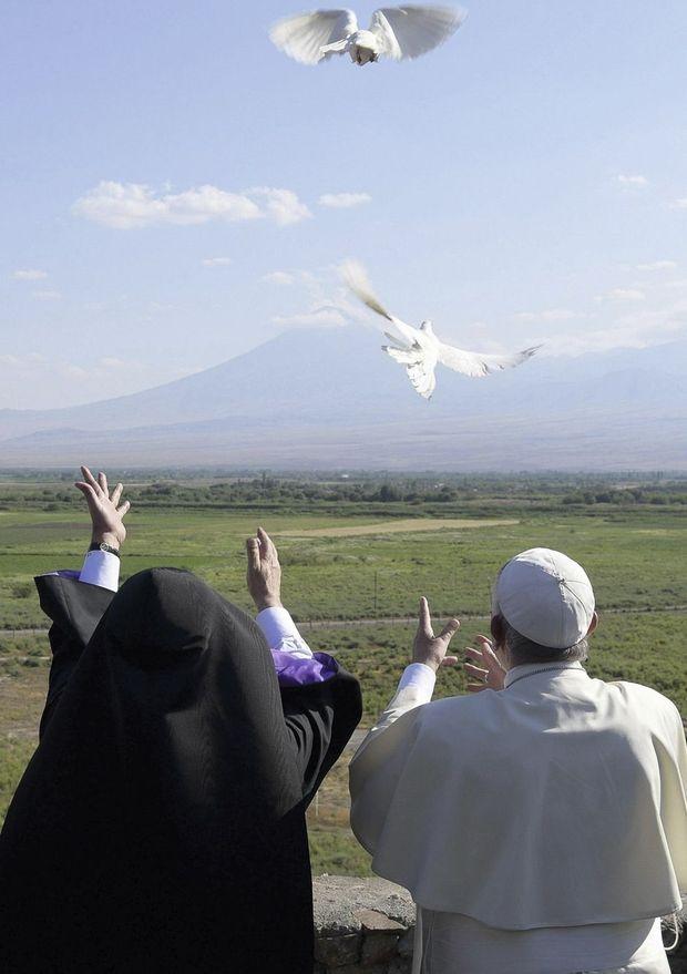 A quelques kilomètres de la frontière turque, Karekine II et François lâchent les blanches colombes de la paix.