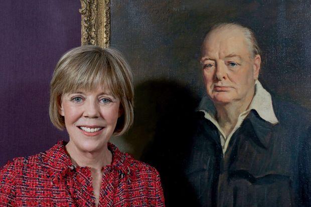 Emma devant le portrait de son grand- père par sir Oswald Birley, en 1950 : celui que sa fille Mary préférait.