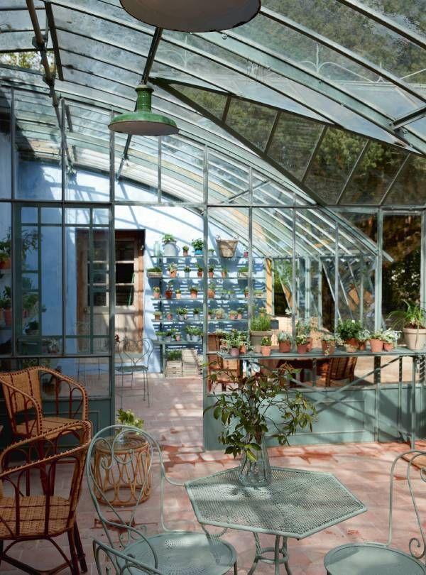 La serre où Catherine Deneuve réalisait ses boutures a été transformée en salon de thé.