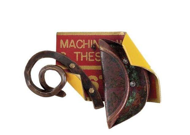 Robert Rauschenberg « Broche », circa 1990, matériaux mixtes. Pièce unique.