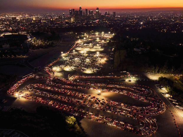 Le drive-in de la vaccination à Los Angeles, le 4 février. Sur le parking du Dodger Stadium, 12 000 injections sont administrées chaque jour.
