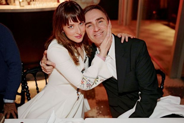 Dakota Johnson et Raf Simons à la soirée Dior.