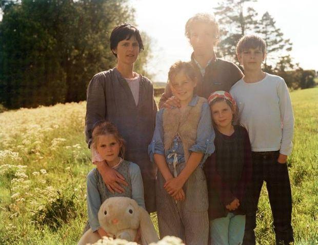 En 2011, la petite maison dans la prairie en Ecosse. Iris a alors 6 ans, Cecily 11 ans, Jasmine 9 ans et Marcel 13 ans.