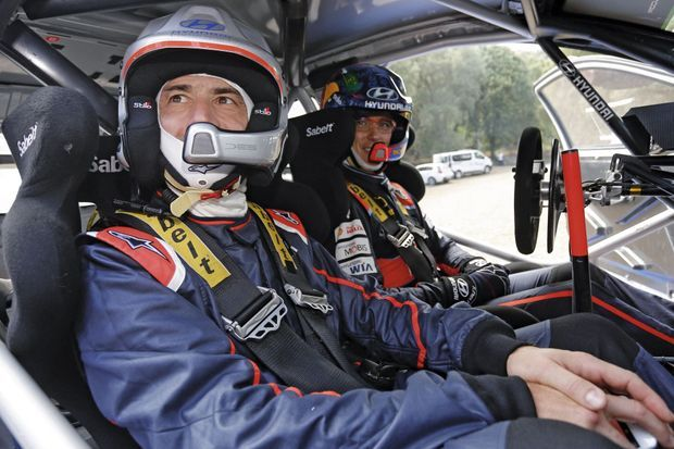 Thierry Neuville (au second plan) pilote une Hyundai i20 WRC, un monstre de 300 ch pour 1 200 kg avec lequel le Belge a remporté le rallye de Sardaigne cette année.
