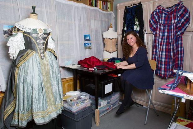 L'atelier de Marie-Laure Sur son blog De fil en dentelle, cette jeune costumière montre ses réalisations et raconte l'évolution des habits selon les époques.