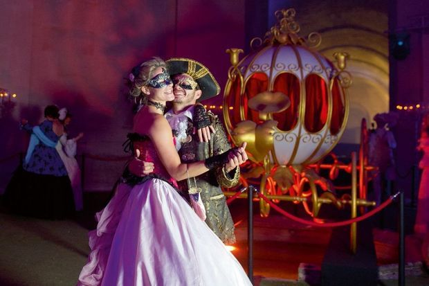 Un jeune couple improvise une valse au Grand Bal masqué de Kamel Ouali, à l'Orangerie du château de Versailles.