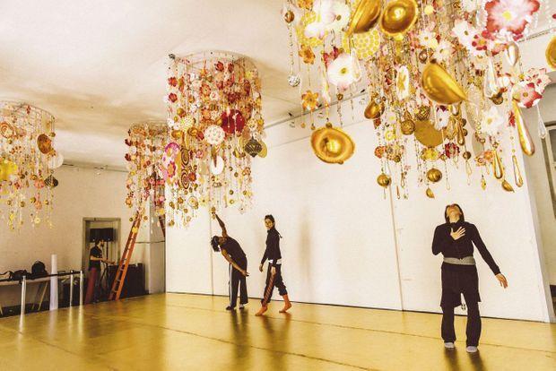 Sous les mobiles de Beatriz Milhazes, les danseurs répètent une chorégraphie de sa sœur, Marcia.