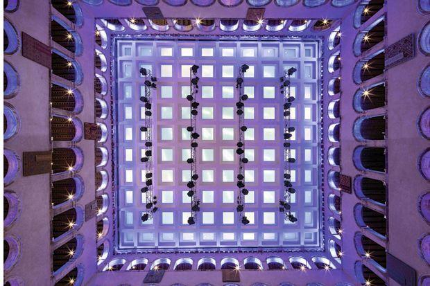 Effet de contre-plongée sur le plafond en carrés de verre de la cour centrale.