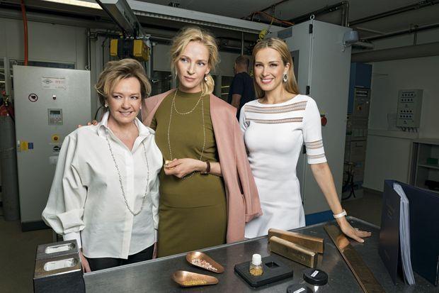 Dans la fonderie d'or de la grande maison suisse, à Meyrin, entre Caroline Scheufele (à g.), et Petra Nemcova, top model.