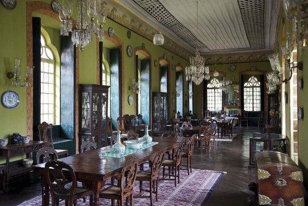 Dans la demeure de Maria de Fatima Figueiredo de Albuquerque, la somptueuse salle à manger et son mobilier en bois sculpté à la main.