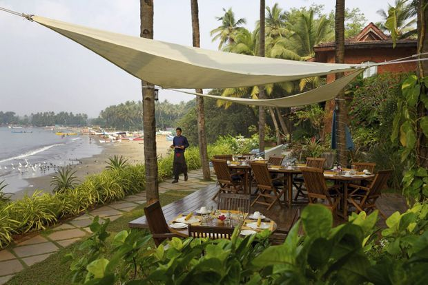 Vue de l'hôtel. Au loin, la plage de Coco Beach et son village de pêcheurs. En médaillon, la suite Trindade, chambre qu'occupait Leela Ellis, la propriétaire. Ci-dessous, le living-room de la villa Sunset, un écrin pour les objets chinés par Leela.