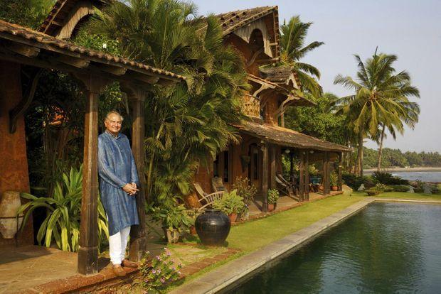 L'hôtel Ahilya by the Sea regroupe trois villas, une cabane perchée et un spa. Le prince Richard Holkar pose ici devant la villa Leela.