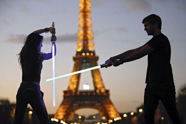 Comment ça marche : la partie « laser », en polycarbonate, est fragile mais facilement remplaçable. Le manche est équipé d'une batterie rechargeable pour activer l'éclairage Led et le son inoubliable de l'arme de Luke Skywalker !