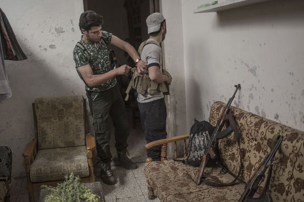 Equipement avant un tour de garde. A gauche, Abou Stayef, 19 ans, le chef de la katiba que notre reporter a suivie.