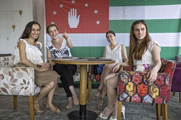 Douceur, langueur, entrepreneurs Naala (2e depuis la g.), étudiante et employée d'un ministère, a un passeport russe et abkhase.