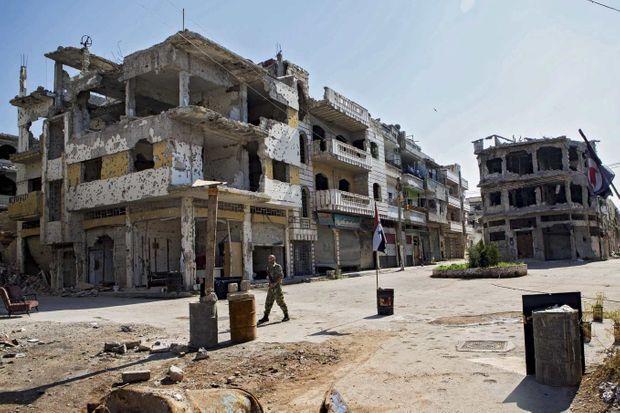 Dans la vieille ville de Homs, le temps est suspendu entre espoir et terreur.