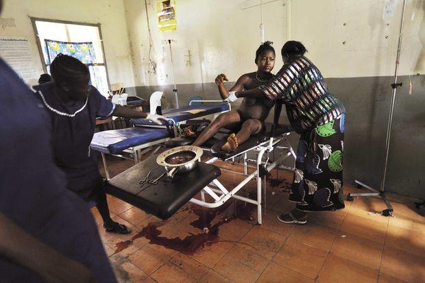 Sierra Leone. Dans un hôpital de Magburaka, le 20 mai 2010, Mamma Sesay, 18 ans, fait une hémorragie. Cette jeune femme, mariée de force à 14 ans, vient de mettre au monde un second jumeau. Le premier est né la veille, dans son village, à une journée de voyage en canoë puis en ambulance. Mamma mourra quelques heures plus tard.