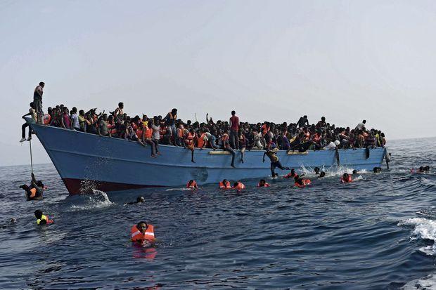Les gilets de sauvetage ont été distribués. Ce jour-là, 32 personnes sont retrouvées mortes, plus de 2 000 sauvées.