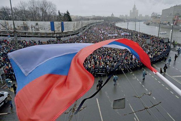 Cette manifestation qu'il avait organisée et qui devait se dérouler dans la banlieue de Moscou, il n'y assistera pas. En son honneur, entre 20 000 et 70 000 personnes ont marché silencieusement dans le centre de la ville, dimanche 1er mars.