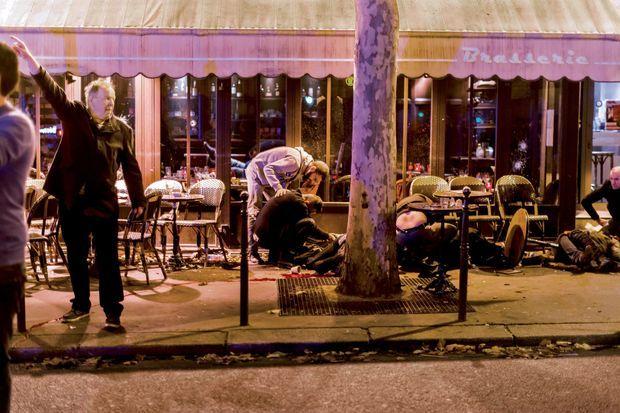 Devant le Café Bonne Bière, 32, rue du Faubourg-du-Temple, on évacuera 8 blessés en urgence absolue.