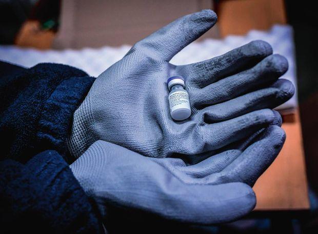 Des gants spéciaux pour manipuler les flacons ultracongelés.