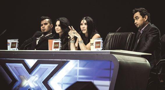 Fatin, Anggun au milieu des jurés : de g. à dr., Bebi Romeo, Rossa et Ahmad Dhani.