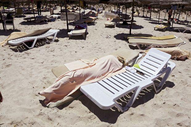Une plage de vacances banale transformée en scène d'horreur.