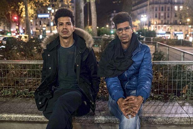 Khaled Saadi (à g.), qui travaillait à l'intérieur du restaurant, a découvert les corps de ses sœurs. Ici, place de la République deux jours après le drame, avec son frère Abdallah.