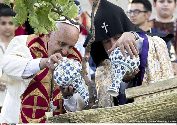 Dimanche à la fin de la cérémonie œcuménique, les deux chefs religieux chrétiens arrosent ensemble un petit arbre, dans un geste de vie