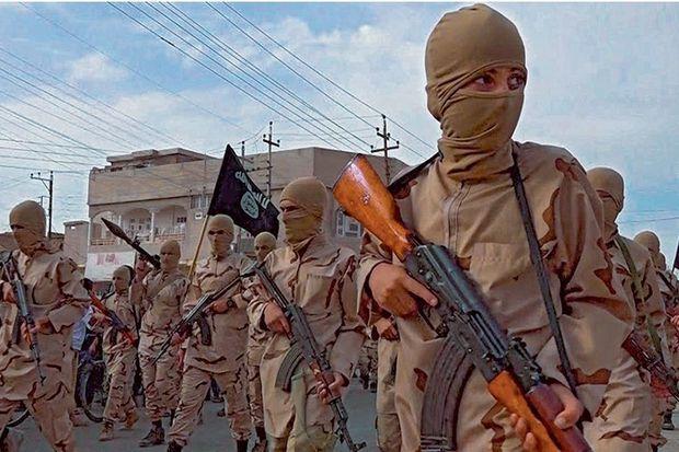 La parade des « lionceaux du califat », après leur formation à l'école de Tal Afar, près de Mossoul, en Irak, le 25 avril 2015.