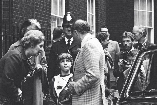 A Londres, le 25 juin 1980. Justin apprend son futur métier face à Margaret Thatcher et près d'un père célibataire.