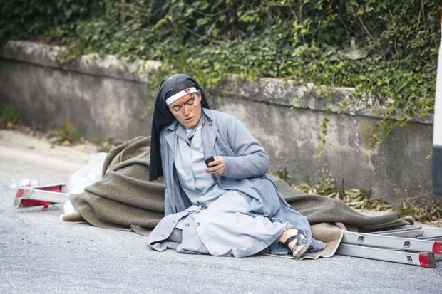 Une religieuse blessée appelle ses proches.