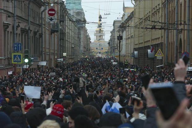Une marée humaine dans les rues de Saint-Pétersbourg, un bastion de l'opposition en Russie.
