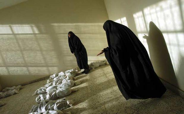 Irak. Dans un immeuble bagdadi transformé en morgue, des femmes tentent d'identifier des proches, le 29 mai 2003.