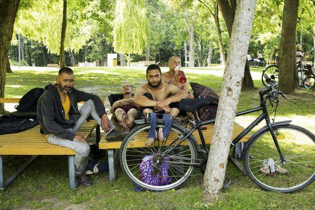 Dans un parc de Debrecen, Attila Kavacs (en train de boire), ouvrier, réprouve la politique d'Orban contre les migrants.