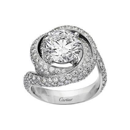 Solitaire Trinity Ruban en platine, un diamant de 1,5 carat (existe aussi de 0,50 à 4,99 carats) et 125 diamants pour 1,29 carat.
