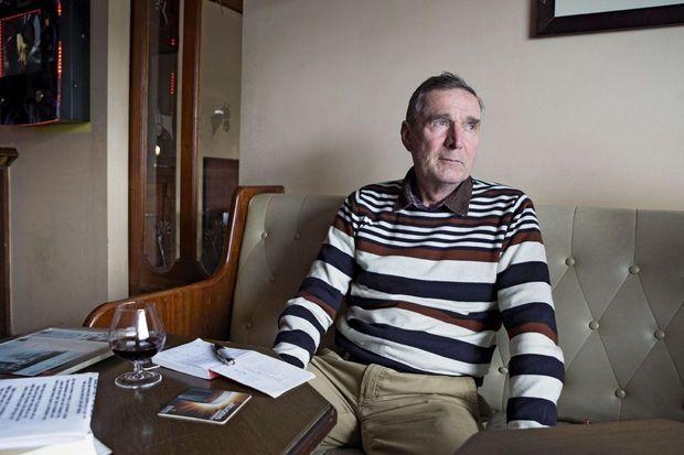 John Rodgers, 67 ans, aujourd'hui écrivain, attablé au pubde son village, Williamstown, à 55 km au nord de Galway.