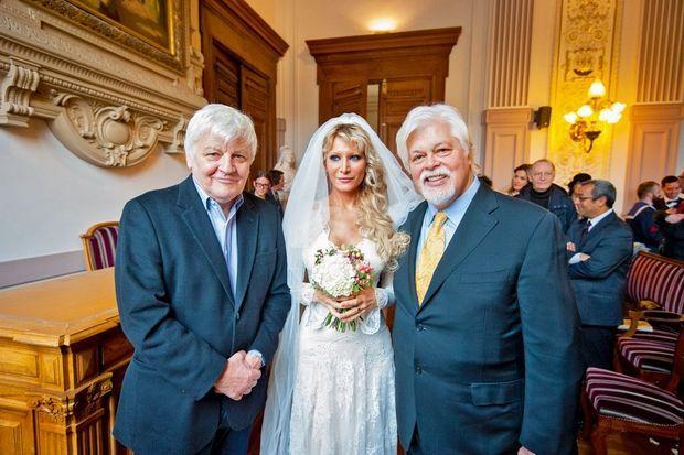 Le jour de son mariage avec Yana Rusinovich, le 14 février 2015, à Paris. A g., Jacques Perrin, un réalisateur engagé pour la cause de la planète.