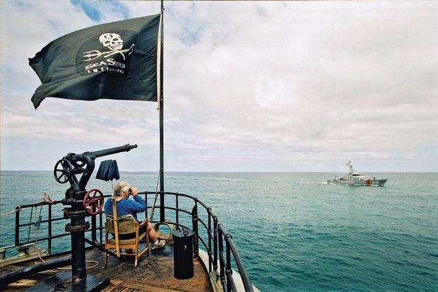 Sur le « Farley Mowat », au large des îles Galapagos, en avril 2003, Paul Watson lutte alors avec la police équatorienne pour arrêter le braconnage des requins.