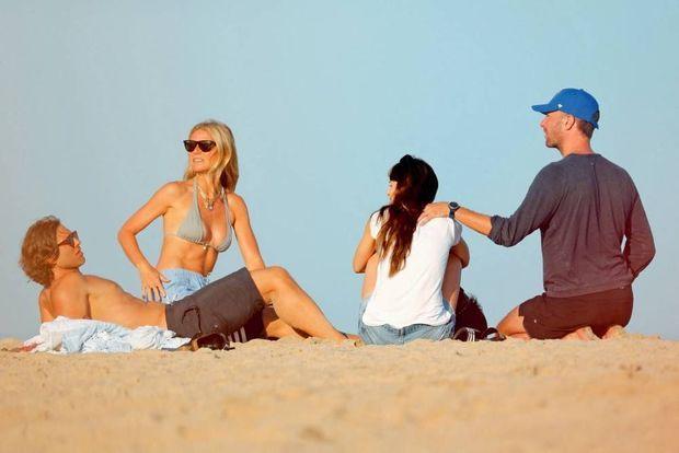 De g. à dr. Gwyneth avec son nouveau mari, et son ex-mari avec sa nouvelle copine, Dakota Johnson.