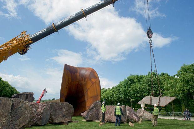 Pour aménager le « Dirty Corner », une grue au bras télescopique déplace les 500 tonnes de pierre jusqu'à l'endroit précis indiqué par l'artiste.