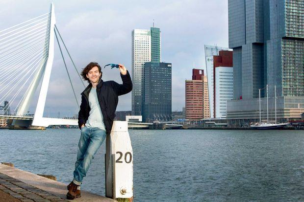 A Rotterdam, siège de son ONG The Ocean Cleanup. Ses lunettes de soleil sont fabriquées à partir de plastique recyclé.