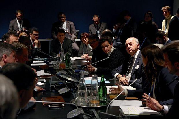 Réunion avec les « facilitateurs », mardi 8 décembre. A la droite de Laurent Fabius, Christiana Figueres, secrétaire exécutive de la Convention-cadre des Nations unies pour les changements climatiques.